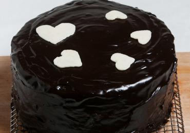 Tort cu ciocolată și cremă de iaurt îmbrăcat în ciocolată neagră