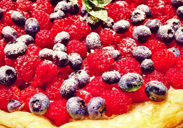Tartă ușoară de vară cu Brânză Făgăraș Ușor Covalact de Țară și fructe de pădure