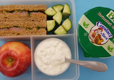 5 idei de pachetel pentru scoala cu lactate Covalact de Tara - Sandwich cu somon afumat.