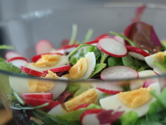 Salată de primăvară cu sos de Iaurt Covalact de Ţară si mărar