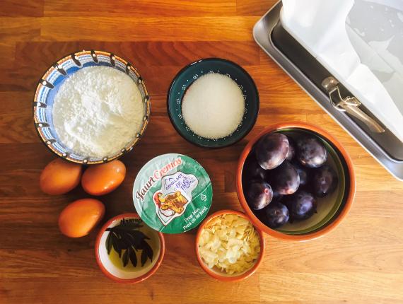 Prăjitură cu prune şi Iaurt Cremos Covalact de Țară