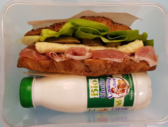 5 idei de pachet pentru serviciu - Sandwich in croissant  (1 portie, aprox 7 minute)
